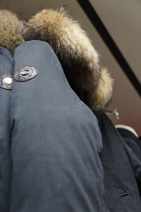 Одежда outerwear куртки клобука магазина бутика пальто воротника меха стоковая фотография