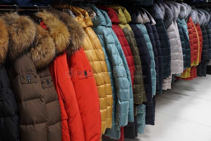 Одежда outerwear куртки клобука магазина бутика пальто воротника стоковое изображение