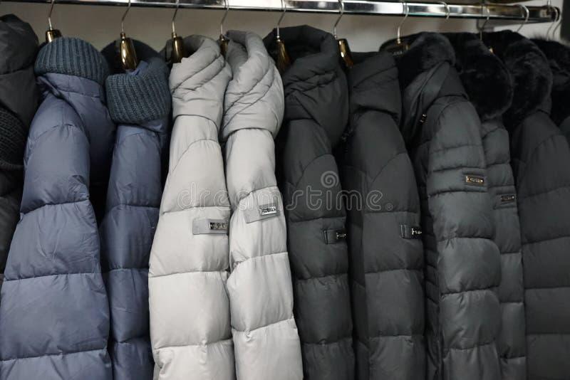 Одежда outerwear куртки клобука магазина бутика пальто воротника стоковые изображения rf