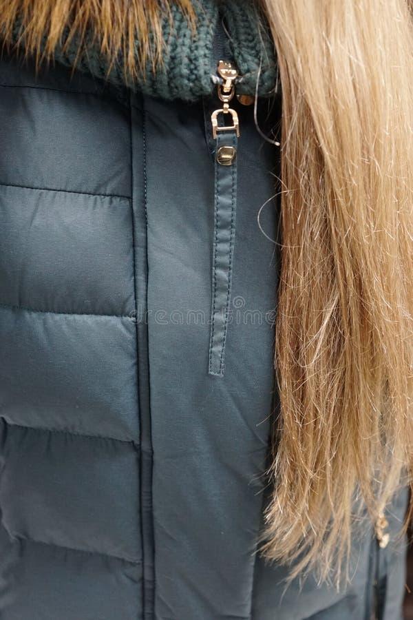 Одежда outerwear куртки клобука магазина бутика пальто воротника стоковые изображения