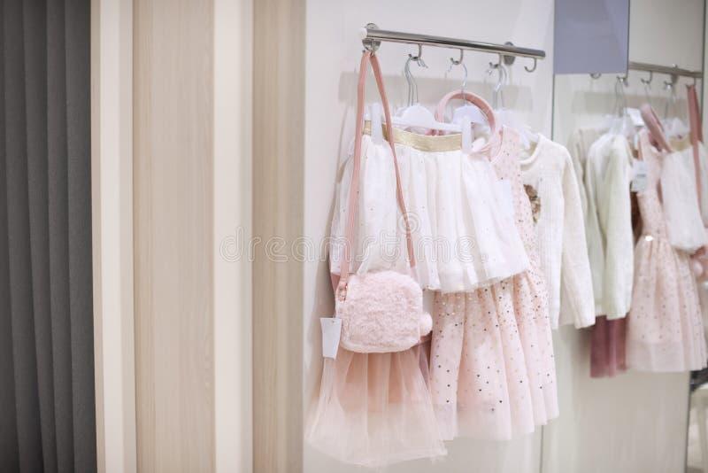 Одежда ` s детей для девушек Причудливые платья в магазине Уборная стоковые фото