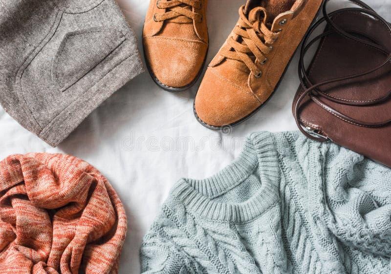 Одежда ` s женщин установила - юбку, ботинки замши, свитер, шарф, кожаный перекрестный мешок для перевозки трупов на светлой пред стоковая фотография rf