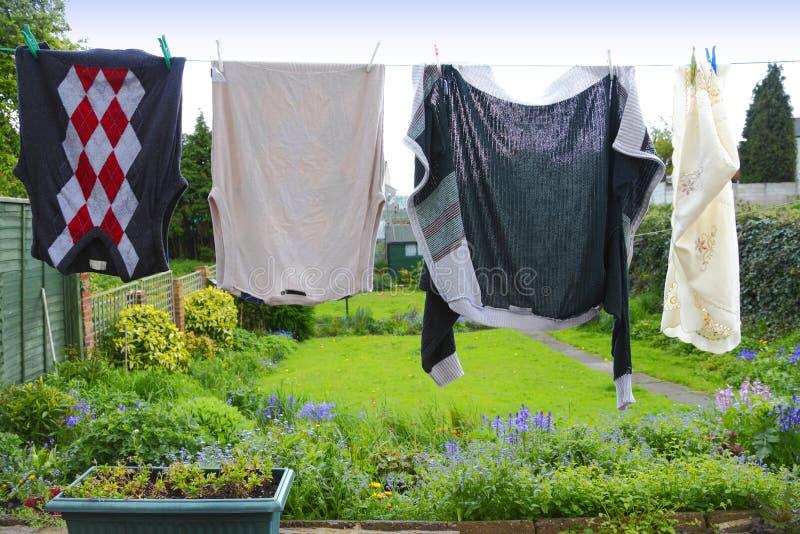 одежды вися линию запиток стоковые изображения rf
