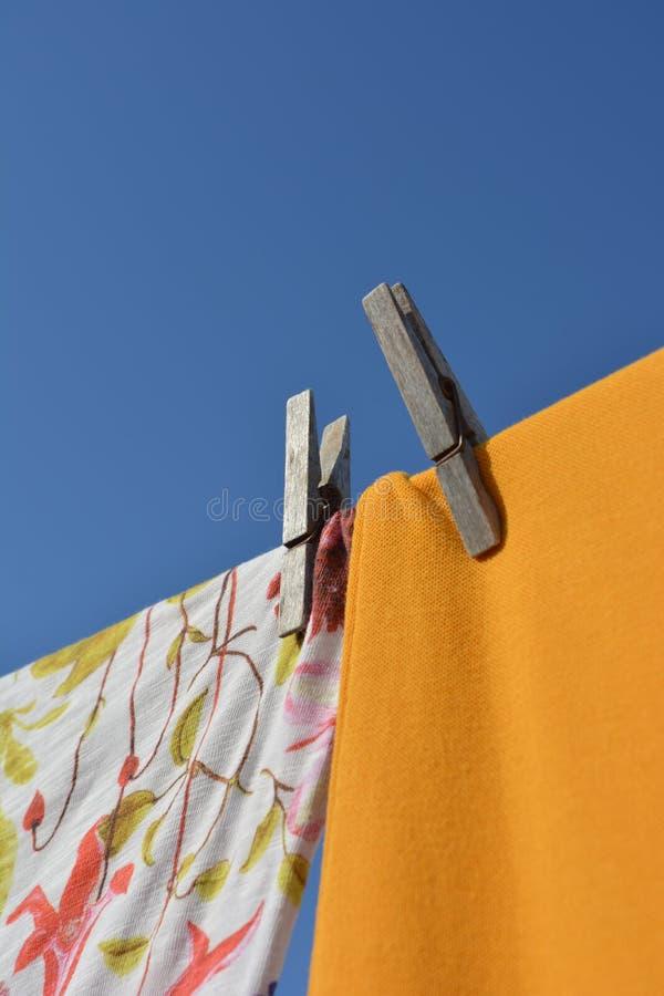 Одежды вися от веревки для белья, суша в солнце стоковое изображение rf
