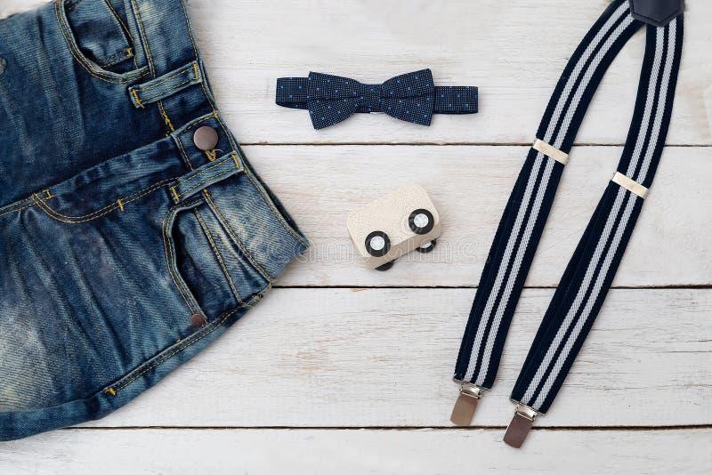 Одежды для цвета мальчика синего Аксессуары для немногого стоковое изображение rf