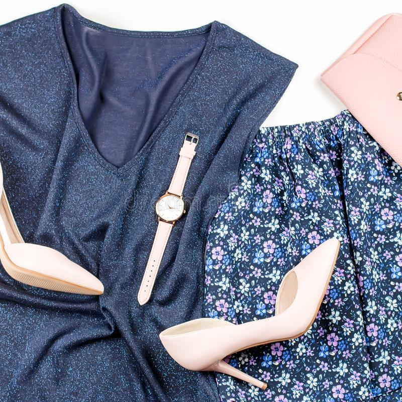 Одежды и аксессуары женщины непринужденного стиля лета современные - голубые верхняя часть и юбка, розовые насосы с муфтой Взгляд стоковое изображение