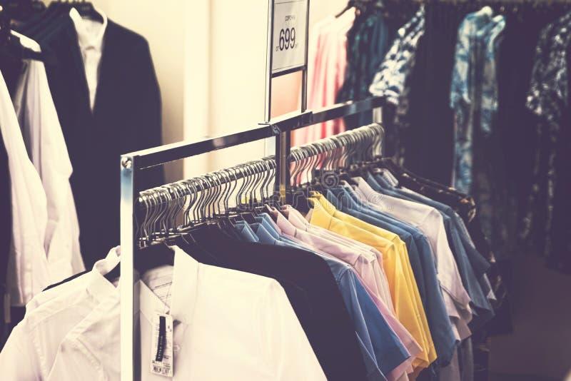 Одежды людей в магазине Одежда людей Концепция моды людей стоковая фотография
