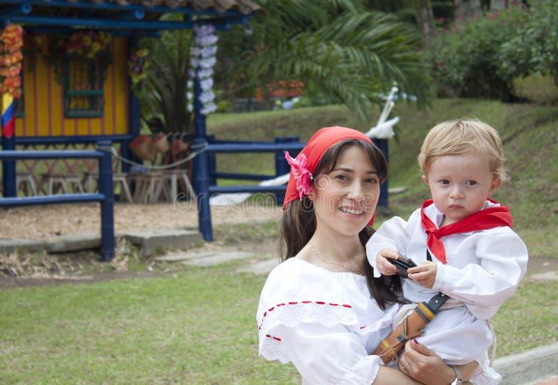 Одежды матери и сына нося стоковое изображение rf