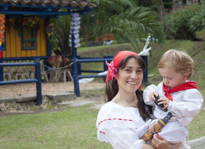 Одежды матери и сына нося стоковое изображение
