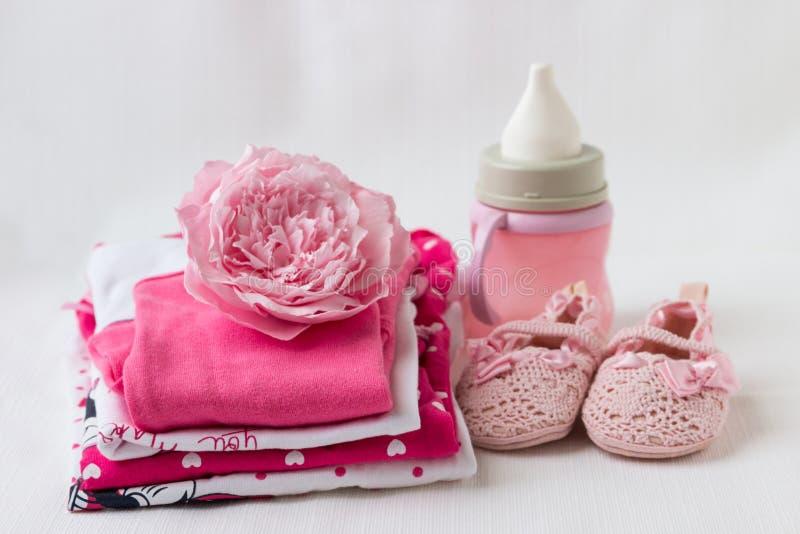 Одежды младенца для newborn В розовых цветах для девушек стоковые изображения
