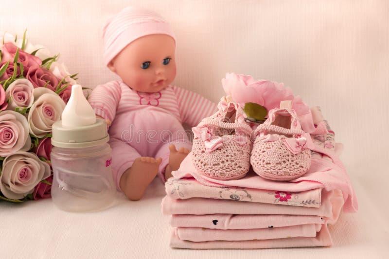 Одежды младенца для newborn В розовых цветах для девушек стоковая фотография