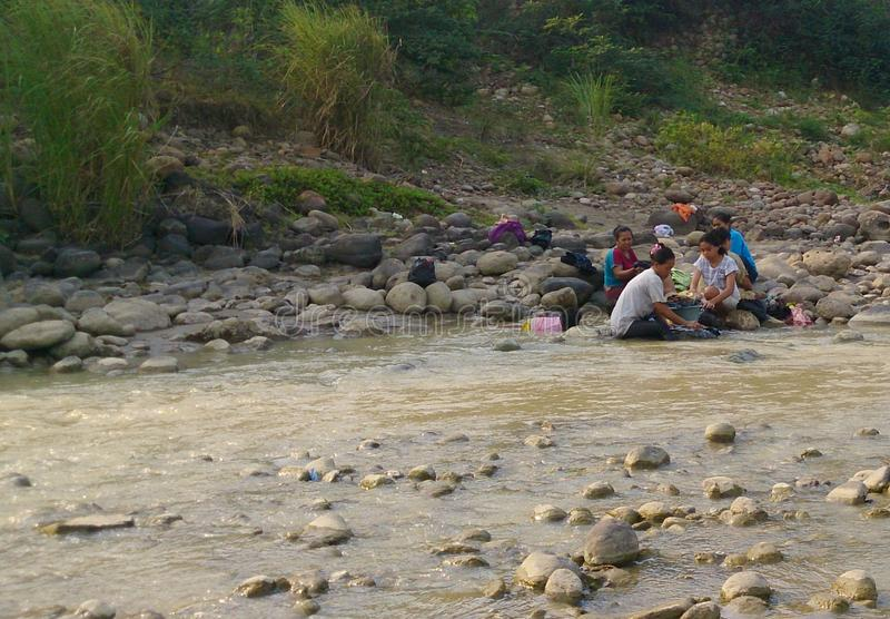 одежды мытья в реке стоковые фото