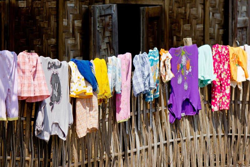 Одежды на загородке стоковые изображения