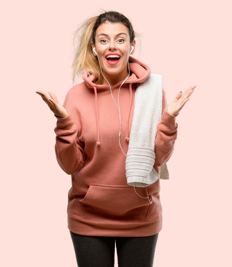 Одежды спорта молодой женщины нося над розовой предпосылкой стоковые фото
