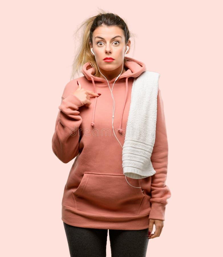 Одежды спорта молодой женщины нося над розовой предпосылкой стоковые изображения