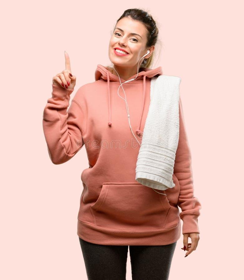 Одежды спорта молодой женщины нося над розовой предпосылкой стоковые изображения rf