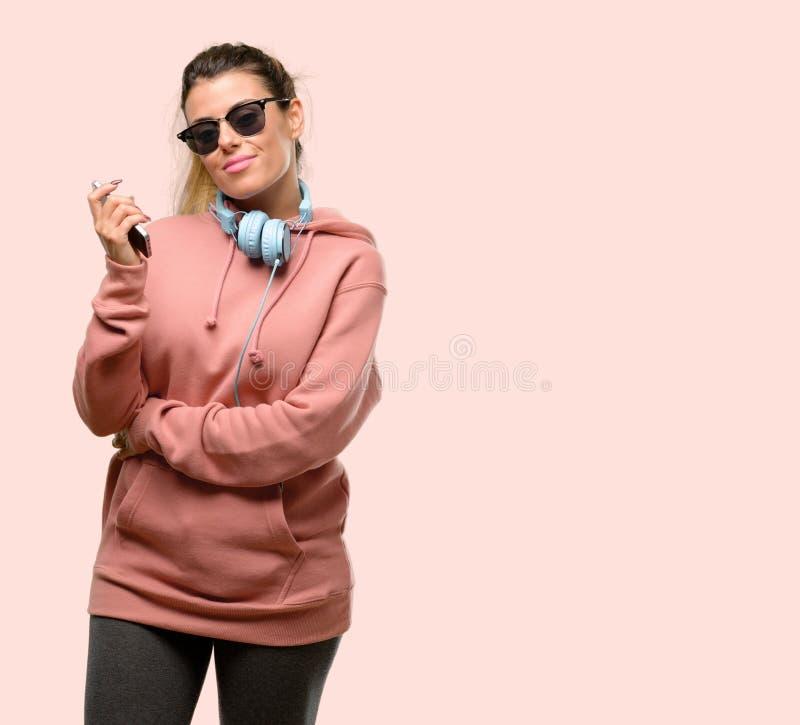 Одежды спорта молодой женщины нося над розовой предпосылкой стоковая фотография