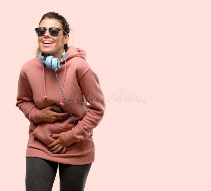 Одежды спорта молодой женщины нося над розовой предпосылкой стоковое изображение