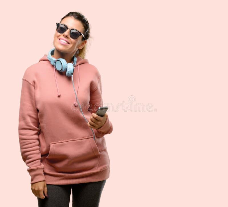 Одежды спорта молодой женщины нося над розовой предпосылкой стоковая фотография rf