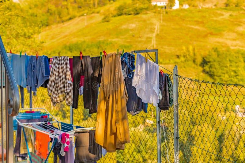 одежды сушат повиснуто вне к стоковая фотография rf