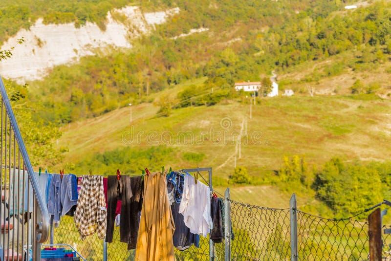 одежды сушат повиснуто вне к стоковые фото