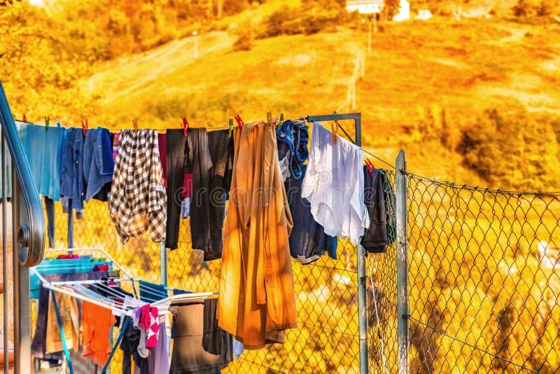 одежды сушат повиснуто вне к стоковое изображение