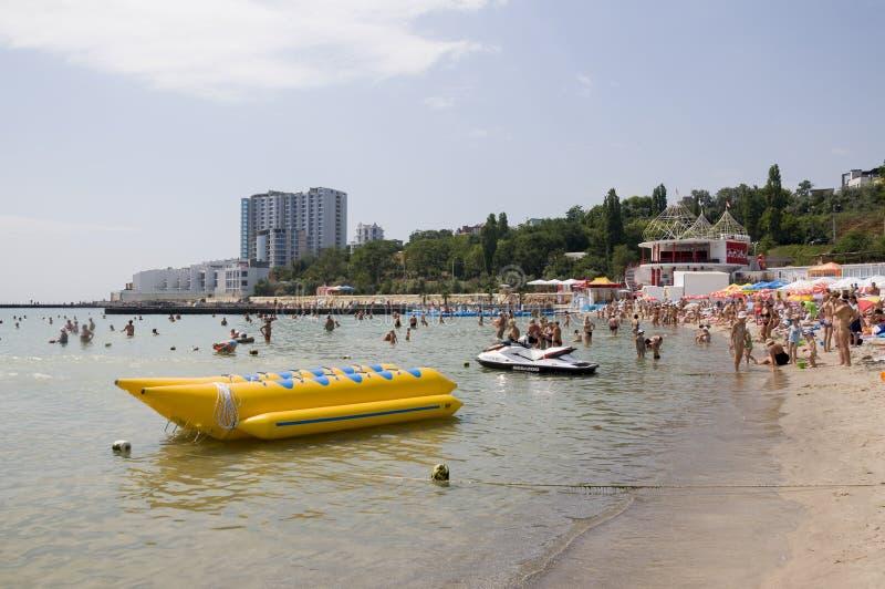 Одесса, к югу от Украины, побережье Чёрного моря, клуб Ibiza пляжа, 28-ое июня 2018 Люди отдыхают на воде Главным образом пасмурн стоковая фотография