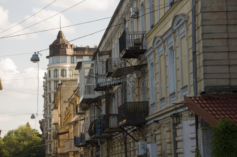 Одесса, к югу от Украины, улица Deribasovskaya, 10-ое июля 2018 Идти на улицы города в лете Туристы и путешествовать стоковые фотографии rf