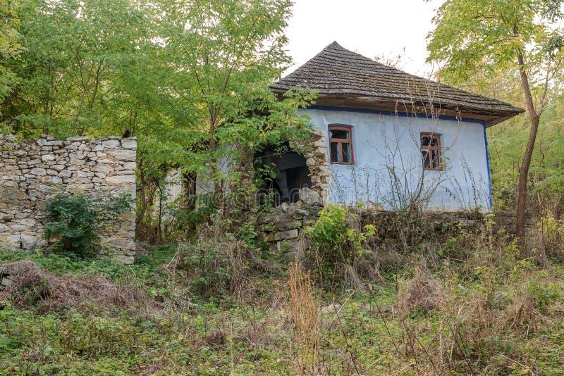 ОДЕССА, УКРАИНА, 6-ое октября 2014: Старый дом в украинской деревне Угрожаемое земледелие, покинутые дома Правительство нет стоковое изображение rf