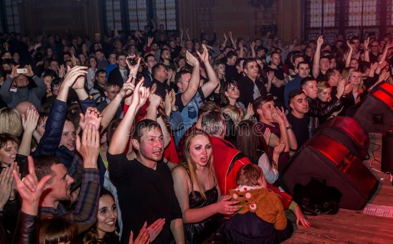 ОДЕССА, УКРАИНА - 23-ье марта 2019: телезрители в аудитории концертного зала эмоционально встречают их любимых совершителей Аудит стоковое фото