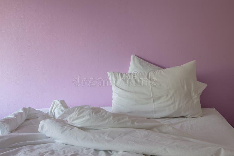 Одеяло и подушка белой морщинки грязное на пинке стоковая фотография