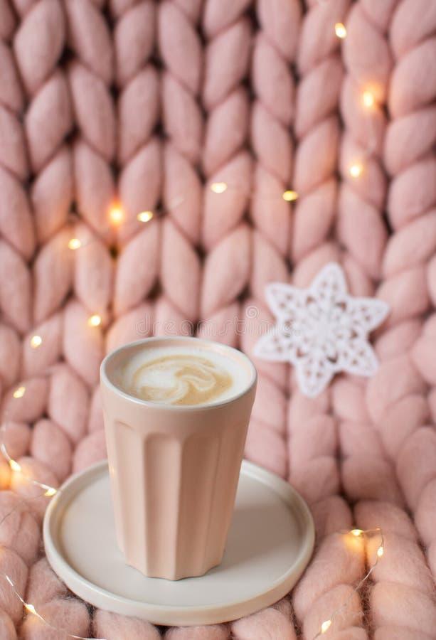 Одеяло розового пастельного merino шерстяное гигантское, олень пряника, чашка с капучино, игрушкой рождества, Новым Годом стоковые изображения