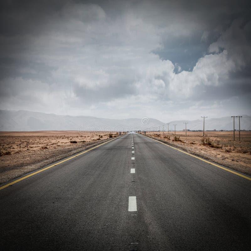Одинокая дорога посреди пустыни вади ром в Иордании стоковое изображение