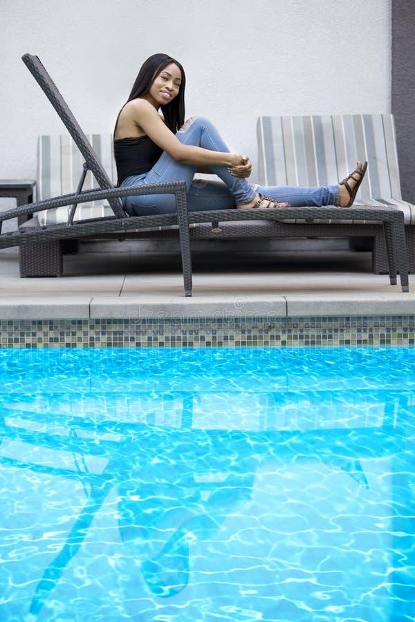 Одиночная дама Расслабляющ бассейном стоковая фотография rf