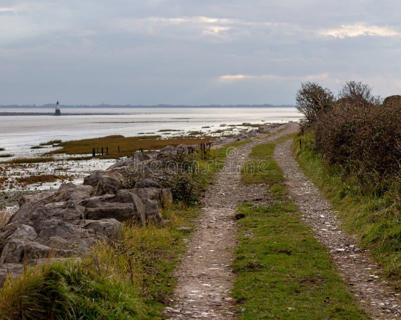 Одиночная дорога майны по побережью во время отлива стоковое фото rf