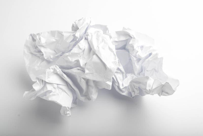 одиночная страница скомканной бумаги на белизне стоковые фото