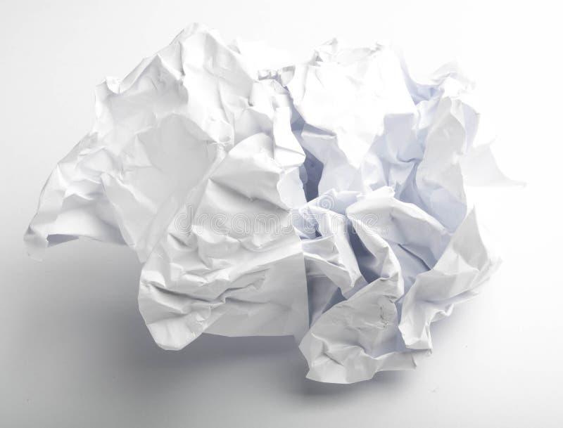 одиночная страница скомканной бумаги на белизне стоковая фотография rf