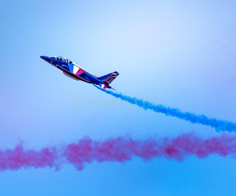 """Одиночного воздушная струя Armee El """"выполняя эффектные выступления на Airshow стоковые изображения rf"""