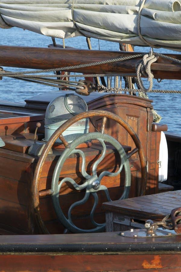 Одиночное деревянное рулевое колесо стоковое изображение