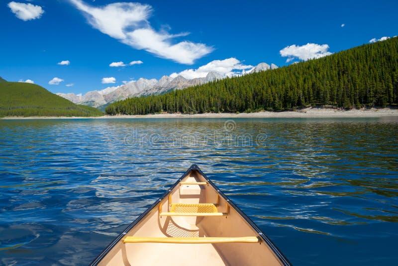 Одиночное каное на озере горы стоковые изображения