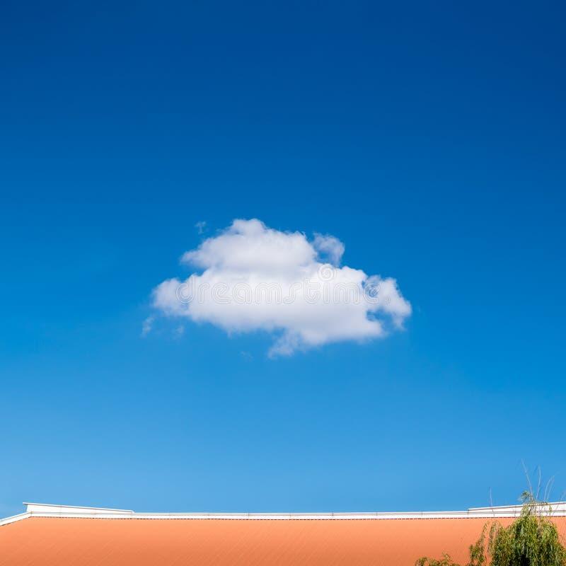 Одиночное крошечное облако на голубом небе стоковая фотография