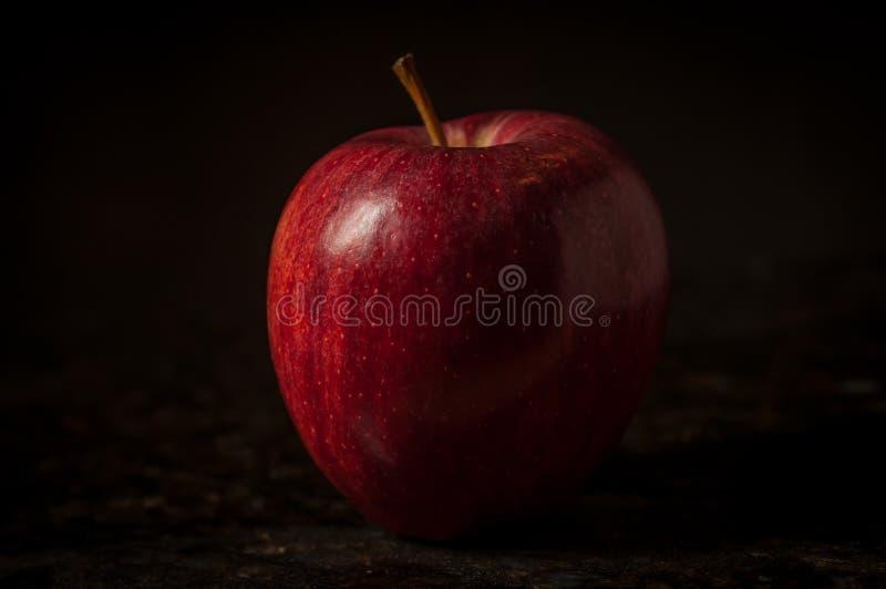 Одиночное яблоко в натюрморте стоковое изображение