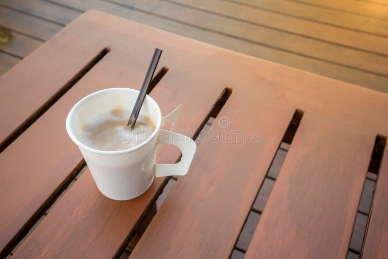 Одиночный горячий latte на таблице планки деревянной на ослабляя балконе от высокого угла стоковое фото