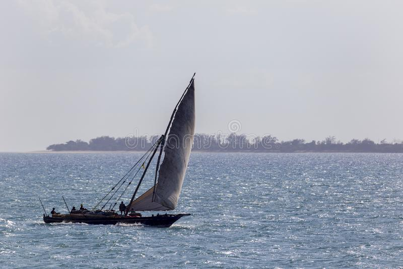 Одиночный доу транспорта возглавляя для порта на океане с полностью ревя ветрилом перед сильным ровномерным ветером стоковая фотография rf