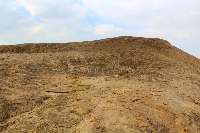 Одиночный каменный холм с ландшафтом голубого неба sittanavasal стоковое изображение rf