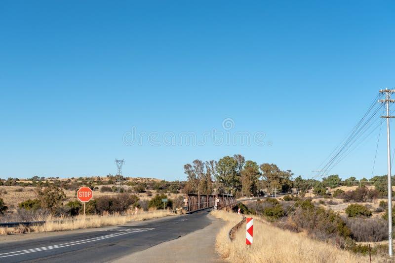 Одиночный мост дороги майны над рекой Riet около Koffiefontein стоковая фотография rf
