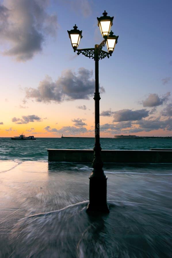 Одиночный уличный фонарь на заходе солнца стоковые фотографии rf