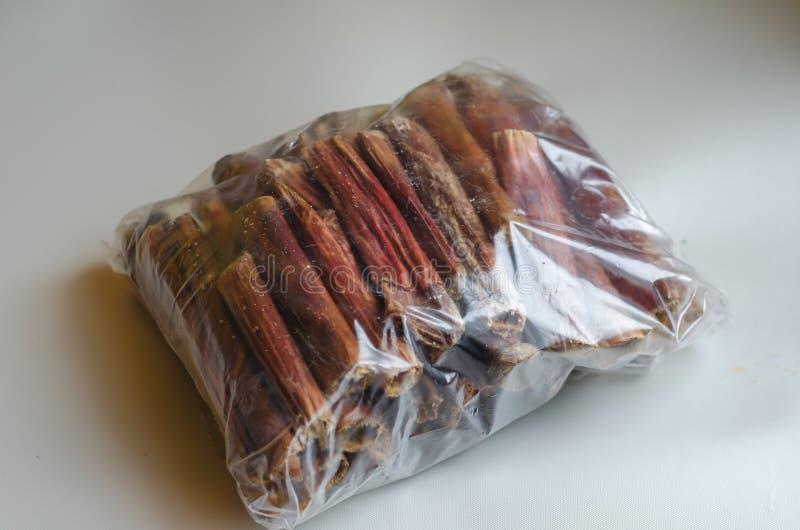 Один большой пакет ручек задиры на светлой предпосылке Части около 4-5 дюймов длинный Естественные обслуживания для собак Жевание стоковые фотографии rf