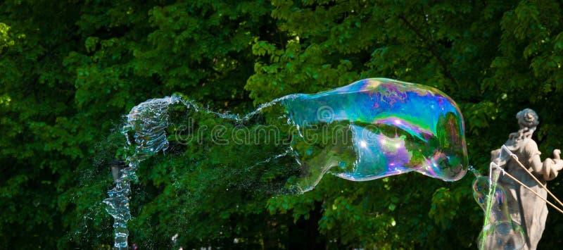Один большой пузырь мыла уловленный только перед перерывом стоковые фотографии rf