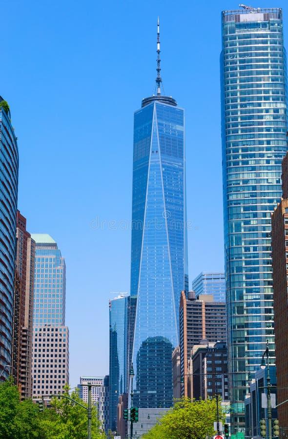 Один всемирный торговый центр и здания, взгляд от парка батареи, NYC стоковые фотографии rf